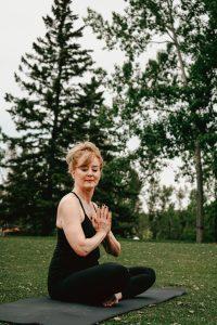 woman doing yoga at daytime
